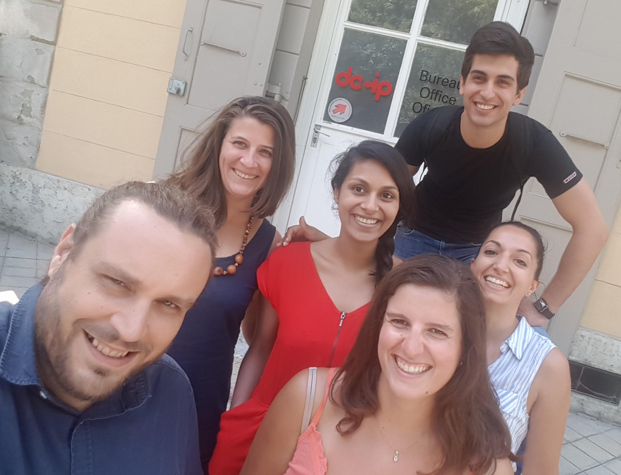 Реми (слева) с частью нашей команды: Карен, Присцилла, Клэр, Кристиан и Иоанна
